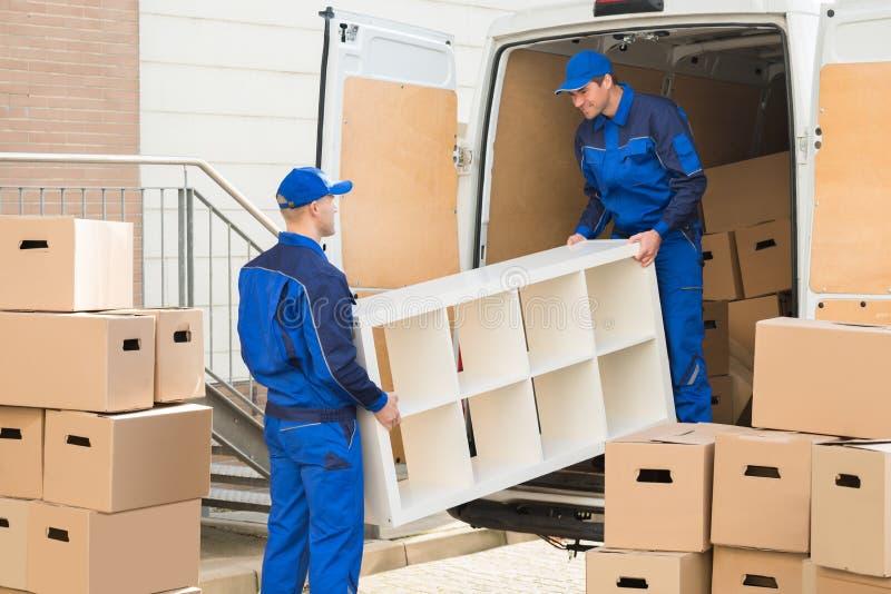卸载从卡车的搬家工人家具 免版税库存图片
