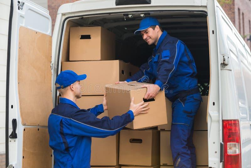 卸载从卡车的送货人箱子 图库摄影