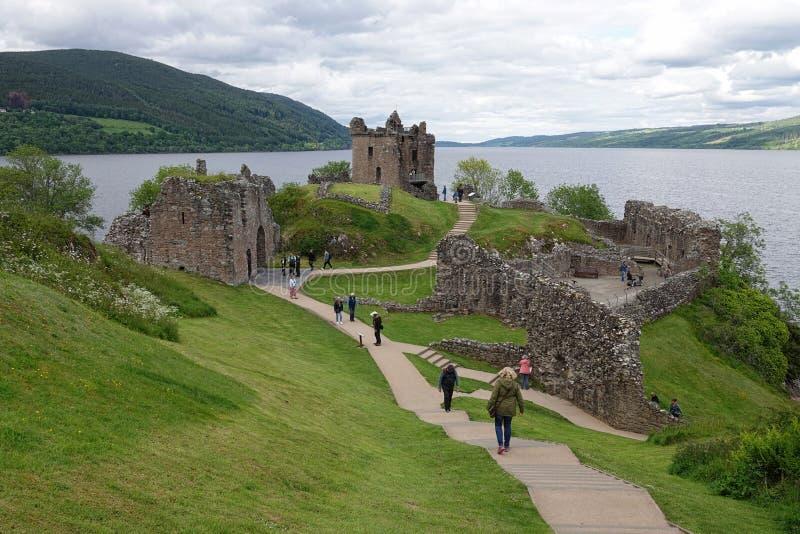 厄夸特城堡地面和奈斯湖,苏格兰风景视图 库存图片