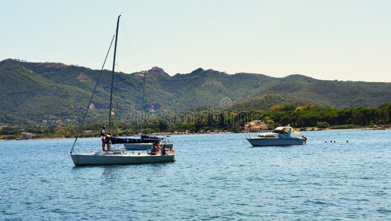 厄尔巴岛海岛,小山,船,海,小船,在意大利,欧洲 库存图片