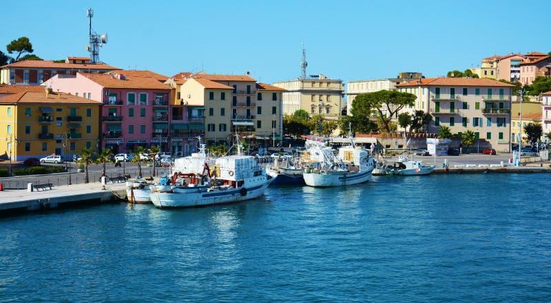 厄尔巴岛海岛,灯,大厦,船,海,在意大利,欧洲 免版税图库摄影