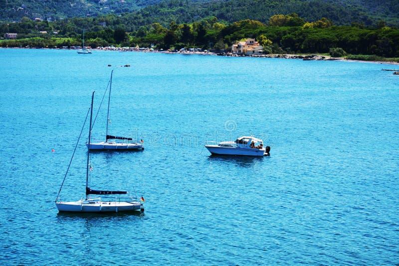 厄尔巴岛海岛,灯,船,海,在意大利,欧洲 免版税库存图片
