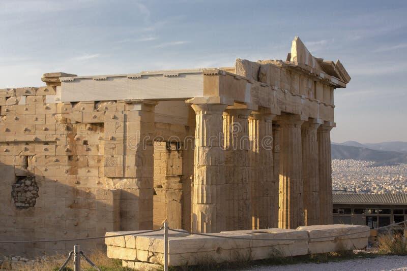 厄瑞克忒翁神庙的女象柱门廊上城的在雅典 有美丽的女象柱柱子的古老厄瑞克忒翁神庙寺庙 库存照片