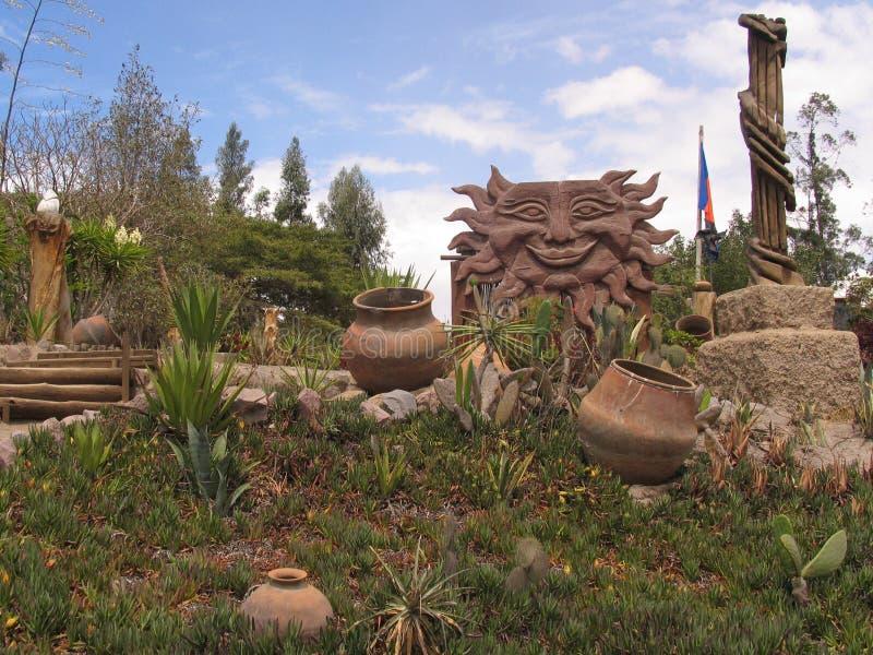 厄瓜多尔庭院晴天草和罐 免版税库存照片
