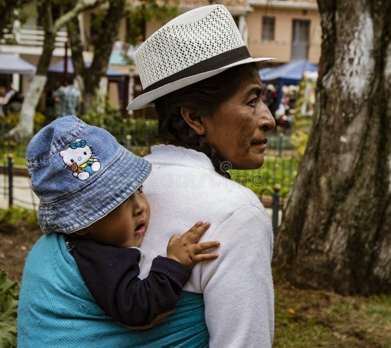 厄瓜多尔昆卡,2018年1月13日:厄瓜多尔土著妇女背着婴儿 免版税库存照片