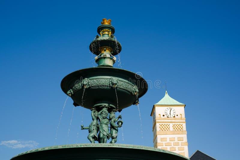 历史喷泉由生铁,马萨里克广场,卡尔维纳,捷克/Czechia制成 免版税库存图片