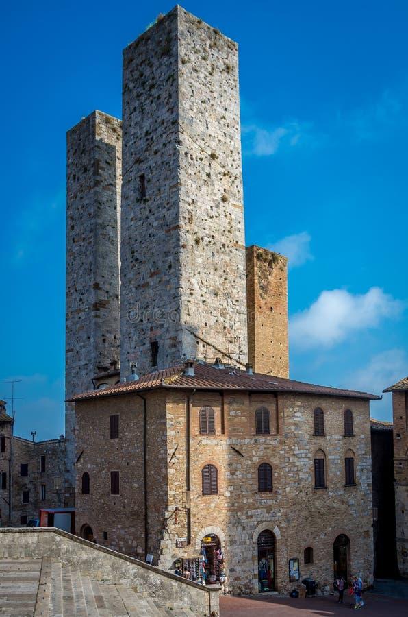 历史塔美丽如画的看法在圣吉米尼亚诺,托斯卡纳,意大利 库存照片