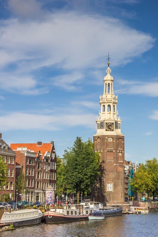 历史塔Montelbaanstoren在阿姆斯特丹 免版税库存图片