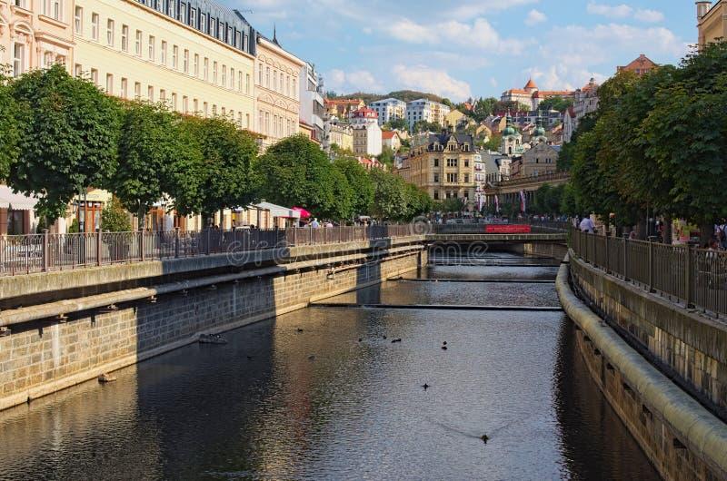 历史大厦和Tepla河在卡洛维变化卡尔斯巴德 著名健康温泉渡假胜地和旅行目的地 免版税库存照片