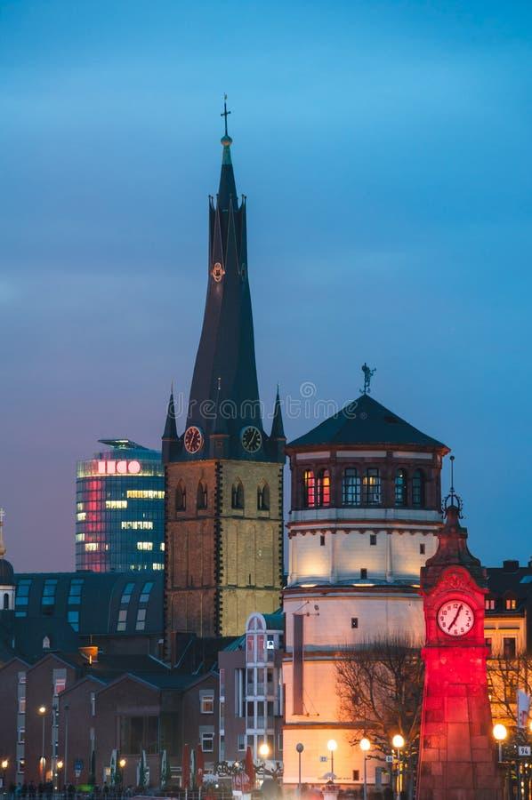 历史大厦在杜塞尔多夫,德国在晚上 图库摄影