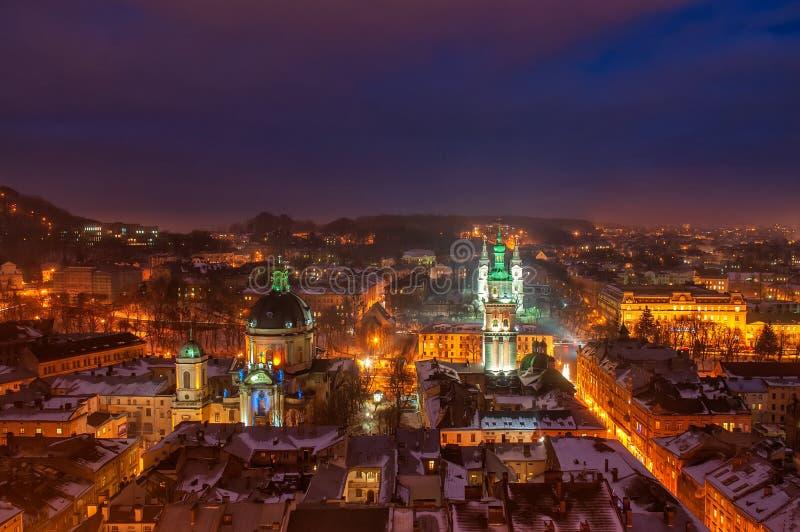 历史市中心空中全景在晚上,利沃夫州,乌克兰 科教文组织世界遗产站点 库存照片