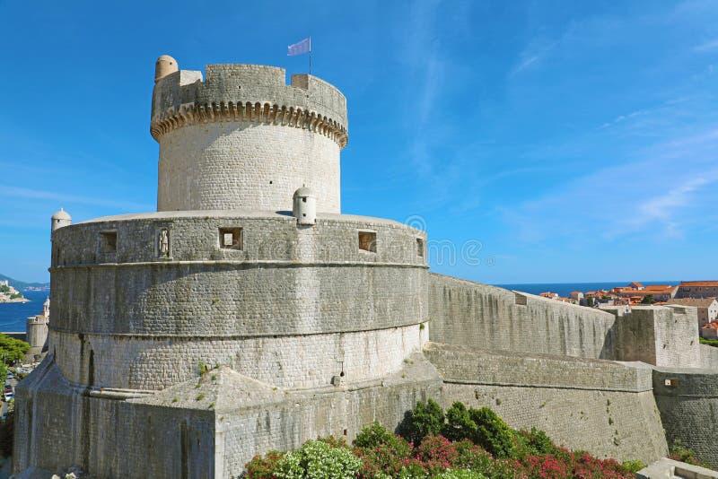 历史建筑学在老镇杜布罗夫尼克,著名城市墙壁地标在克罗地亚,欧洲 库存照片