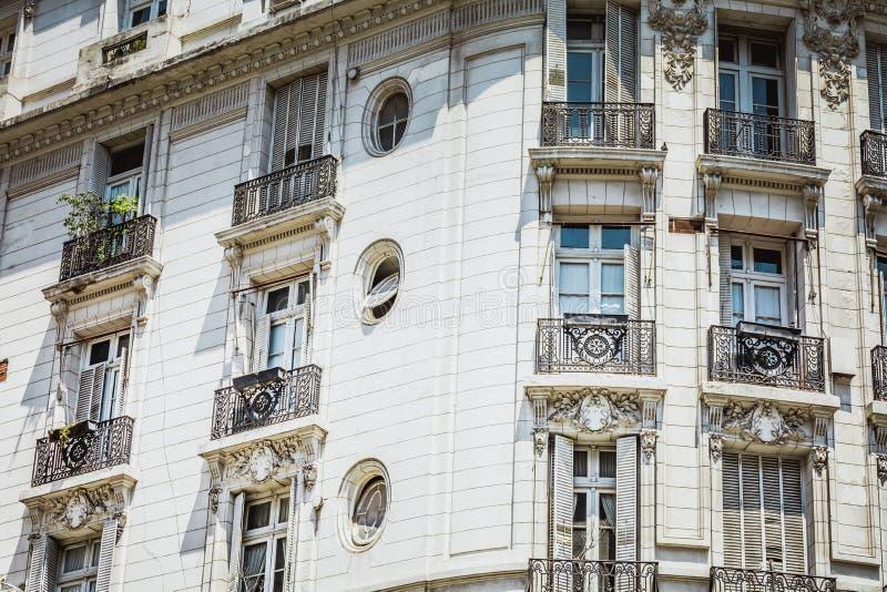 历史建筑白色门面在布宜诺斯艾利斯,阿根廷 免版税库存照片