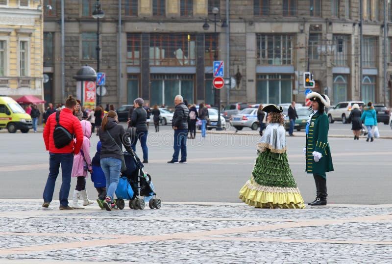 历史服装和一个年轻家庭的演员在宫殿s 免版税库存照片