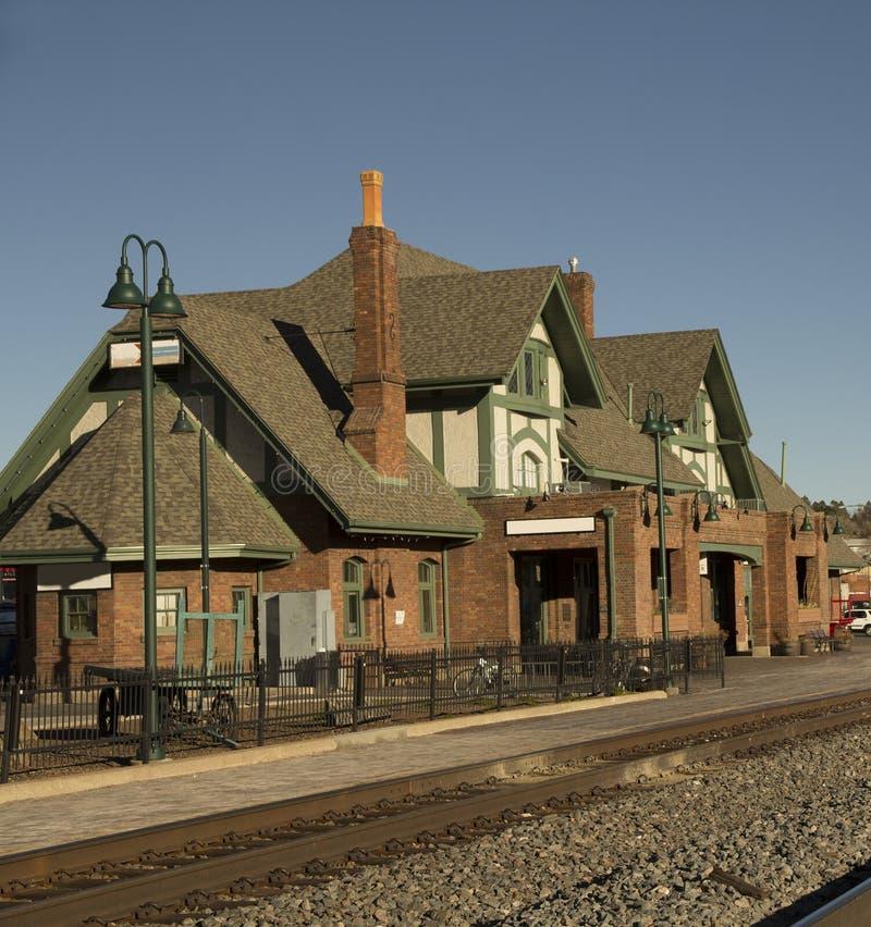 历史火车站在旗竿 库存照片