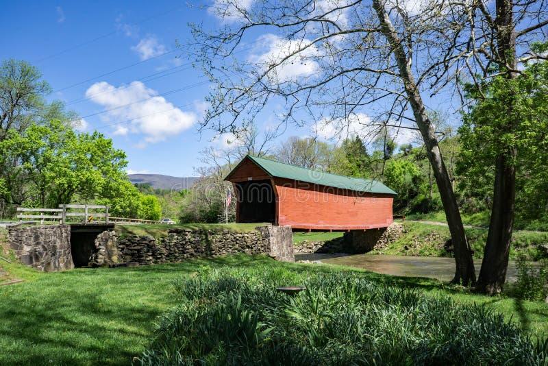 历史的下沉的小河被遮盖的桥 免版税库存照片