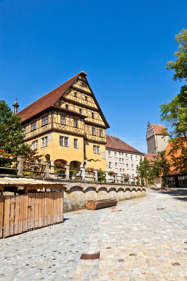 历史的半木料半灰泥的大厦在Dinkelsbuehl在巴伐利亚, Ge 图库摄影