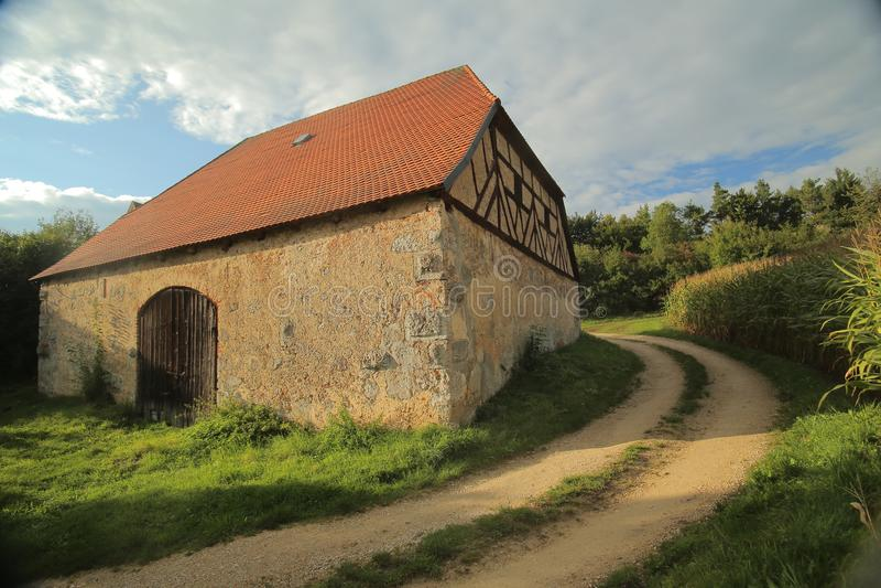 历史的半木料半灰泥的谷仓在Pfaffenhofen,上普法尔茨行政区,德国 免版税库存图片