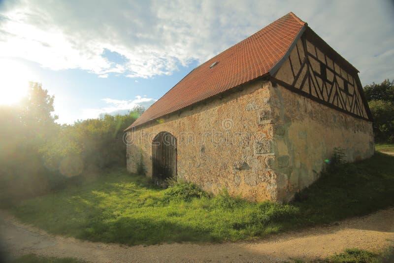 历史的半木料半灰泥的谷仓在Pfaffenhofen,上普法尔茨行政区,德国 图库摄影