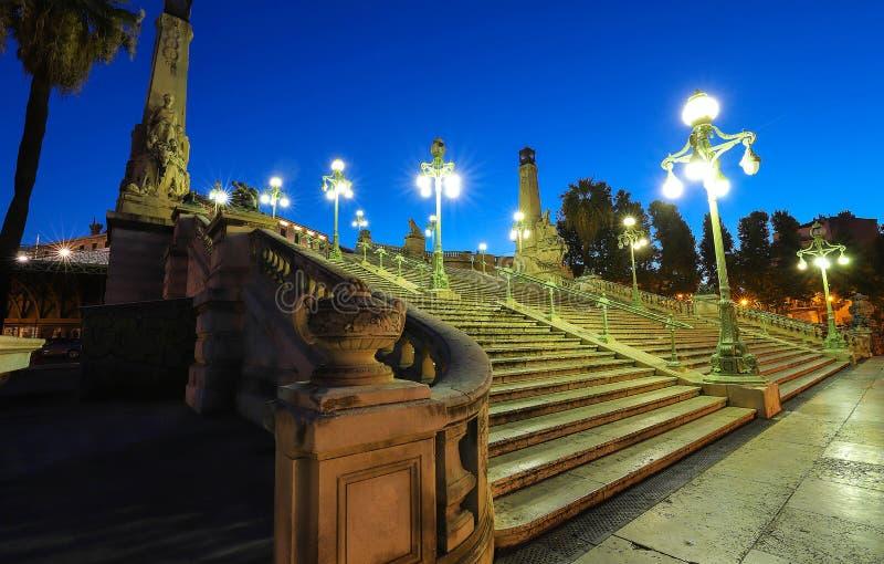 历史的台阶的看法在老主要staion马赛圣查尔斯的在南法国 免版税图库摄影