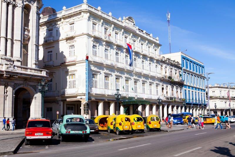 历史的在中央公园附近的旅馆Inglaterra和交通,哈瓦那,古巴 库存照片