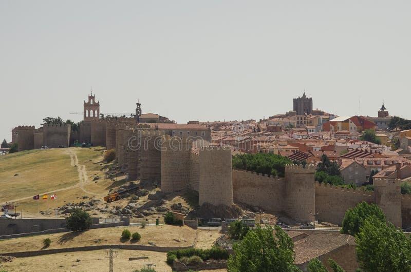 历史的市的墙壁和塔全景阿维拉 库存图片
