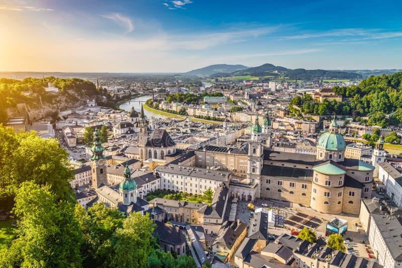 历史的市的鸟瞰图萨尔茨堡,奥地利 库存照片