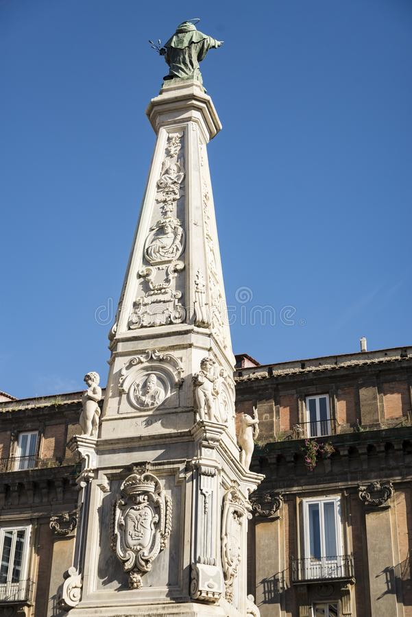 历史的建筑学在圣多明尼克广场在那不勒斯,意大利 库存照片