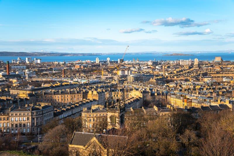 历史的建筑学在清楚下的爱丁堡在日落 免版税库存照片