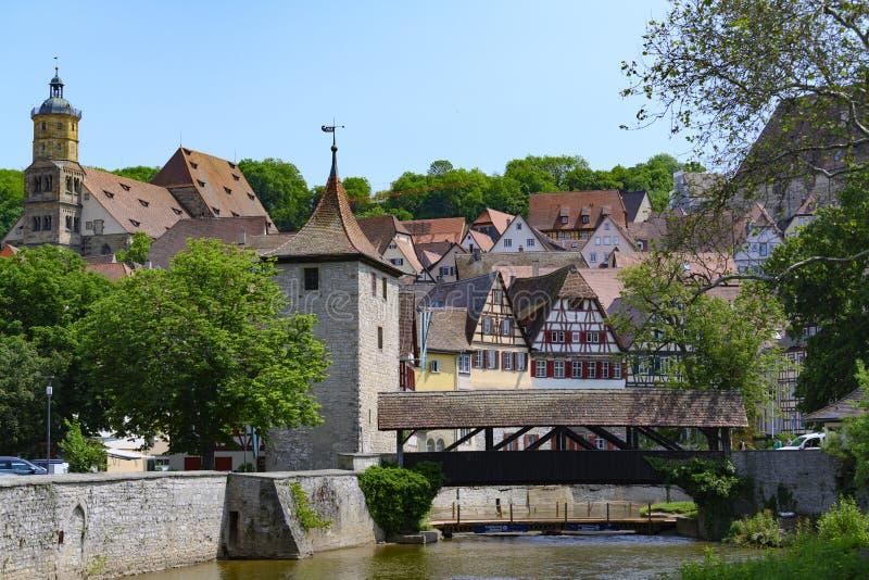 历史的房子、城市墙壁和半木料半灰泥的房子在施韦比施哈尔县,德国 库存照片