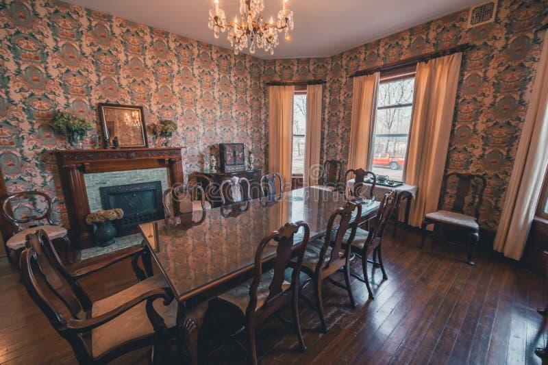 历史的房子饭桌壁炉 免版税图库摄影