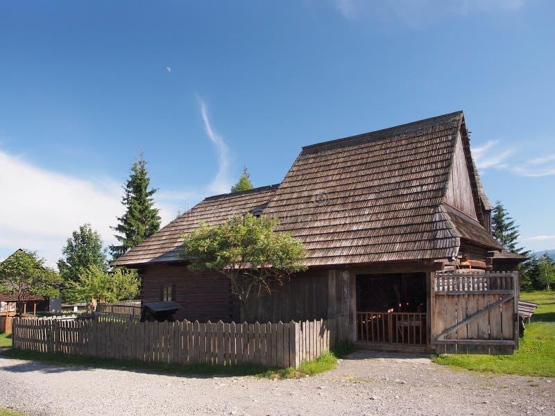 历史的木房子在Pribylina 库存照片