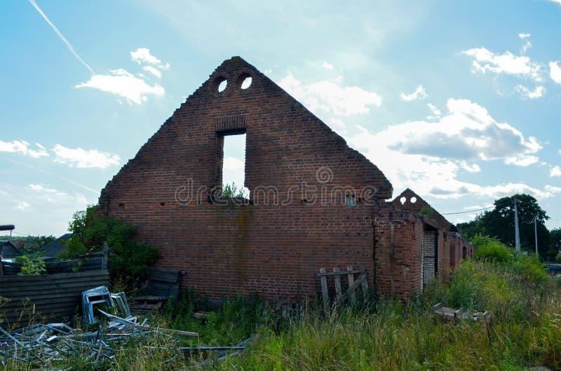历史的未完成的被毁坏的砖房子 库存照片