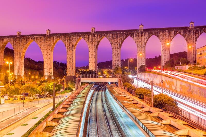 历史的渡槽的看法在里斯本Aqueduto das à  guas里弗城市,葡萄牙 免版税库存照片