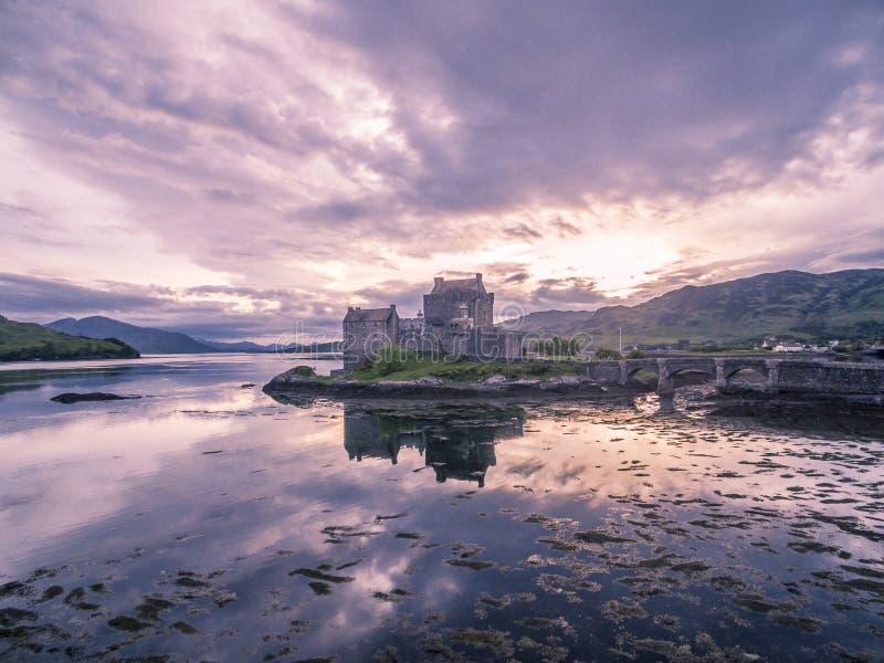 历史的爱莲・朵娜城堡的鸟瞰图Dornie,苏格兰 免版税库存图片