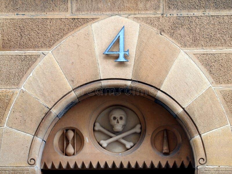 历史的砂岩大厦细节与头骨和发怒骨头的 图库摄影
