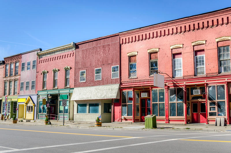 历史的砖瓦房和五颜六色的店面 库存图片