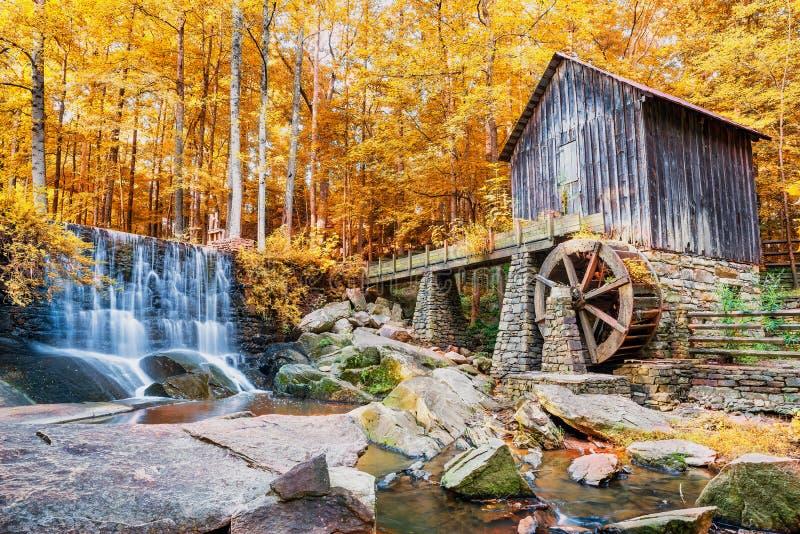 历史的磨房和瀑布的秋天或秋天图象 库存照片