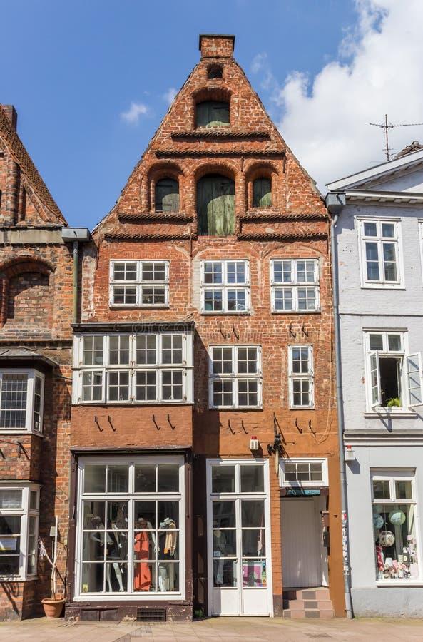 历史的红砖商店在Luneburg 免版税库存照片