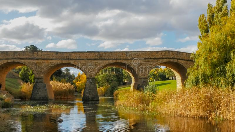 历史的老石桥梁的晴朗的秋天视图在里士满,塔斯马尼亚 免版税图库摄影