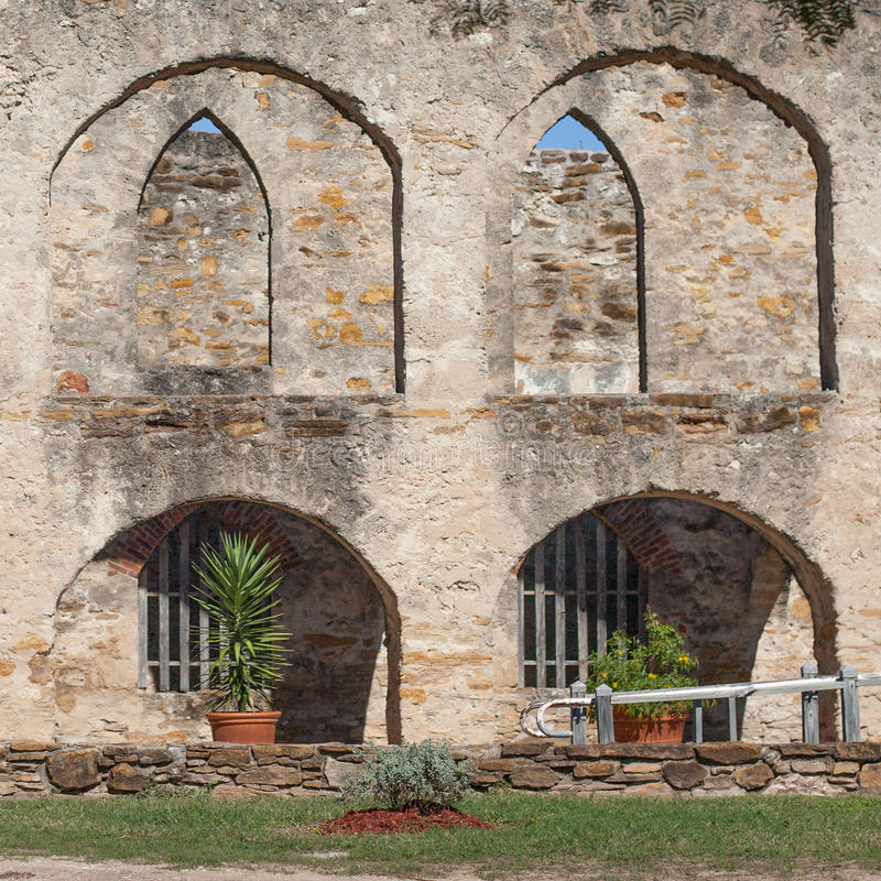 历史的老西部西班牙使命圣何塞国家公园的被成拱形的石工庭院 免版税库存照片