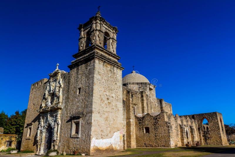 历史的老西部西班牙使命圣何塞的钟楼的有趣的角度 库存图片