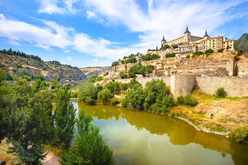 历史的老镇看法有城堡的在塔霍河 西班牙托莱多 库存照片