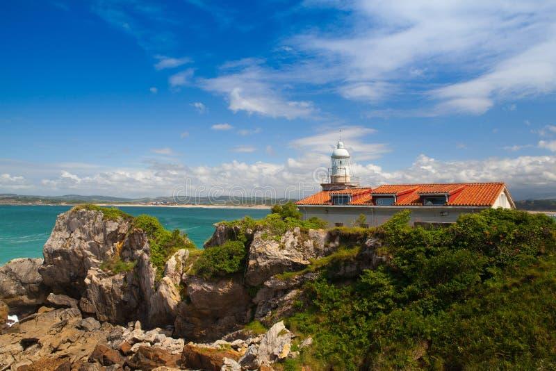 历史的菲诺港灯塔的看法,桑坦德,西班牙 库存照片
