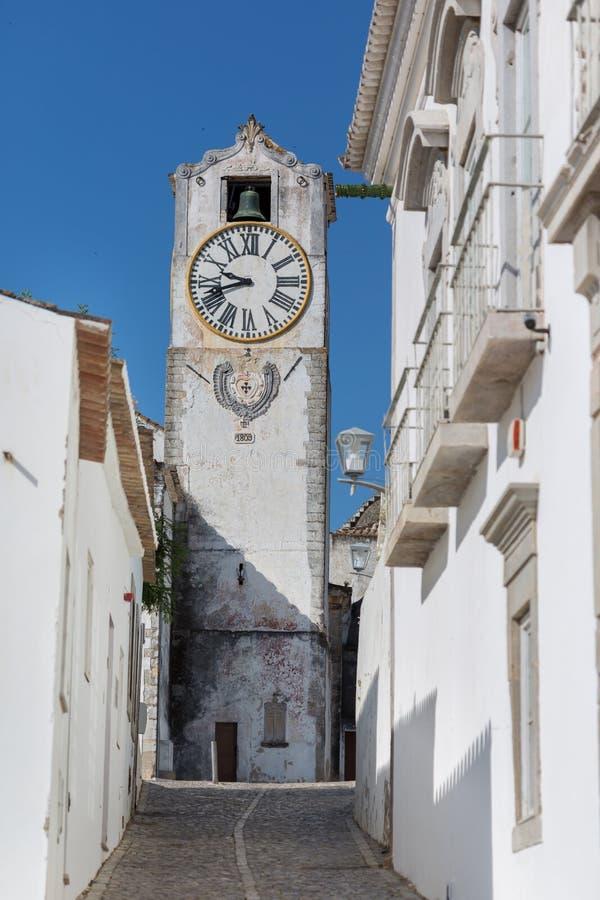 历史的钟楼视图-圣玛丽亚教会在城市Tavira,阿尔加威,葡萄牙做Castelo- 免版税图库摄影