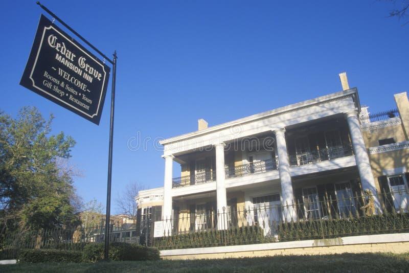 历史的雪松树丛豪宅在Vicksburg, MS 图库摄影