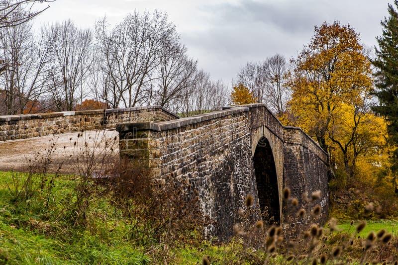 历史的Casselman石头曲拱桥梁-秋天辉煌-加勒特县,马里兰 库存图片