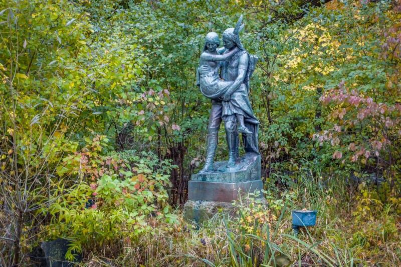 历史的Hiawatha和明尼哈哈雕象在明尼哈哈公园 免版税库存图片