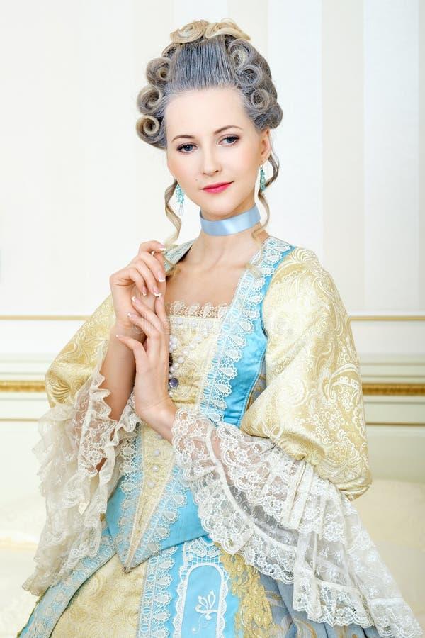 历史礼服的美丽的妇女在inte的巴洛克式的样式 免版税库存图片