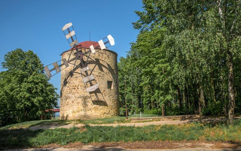 历史纪念碑在镇Holic,斯洛伐克上的风车 免版税库存照片
